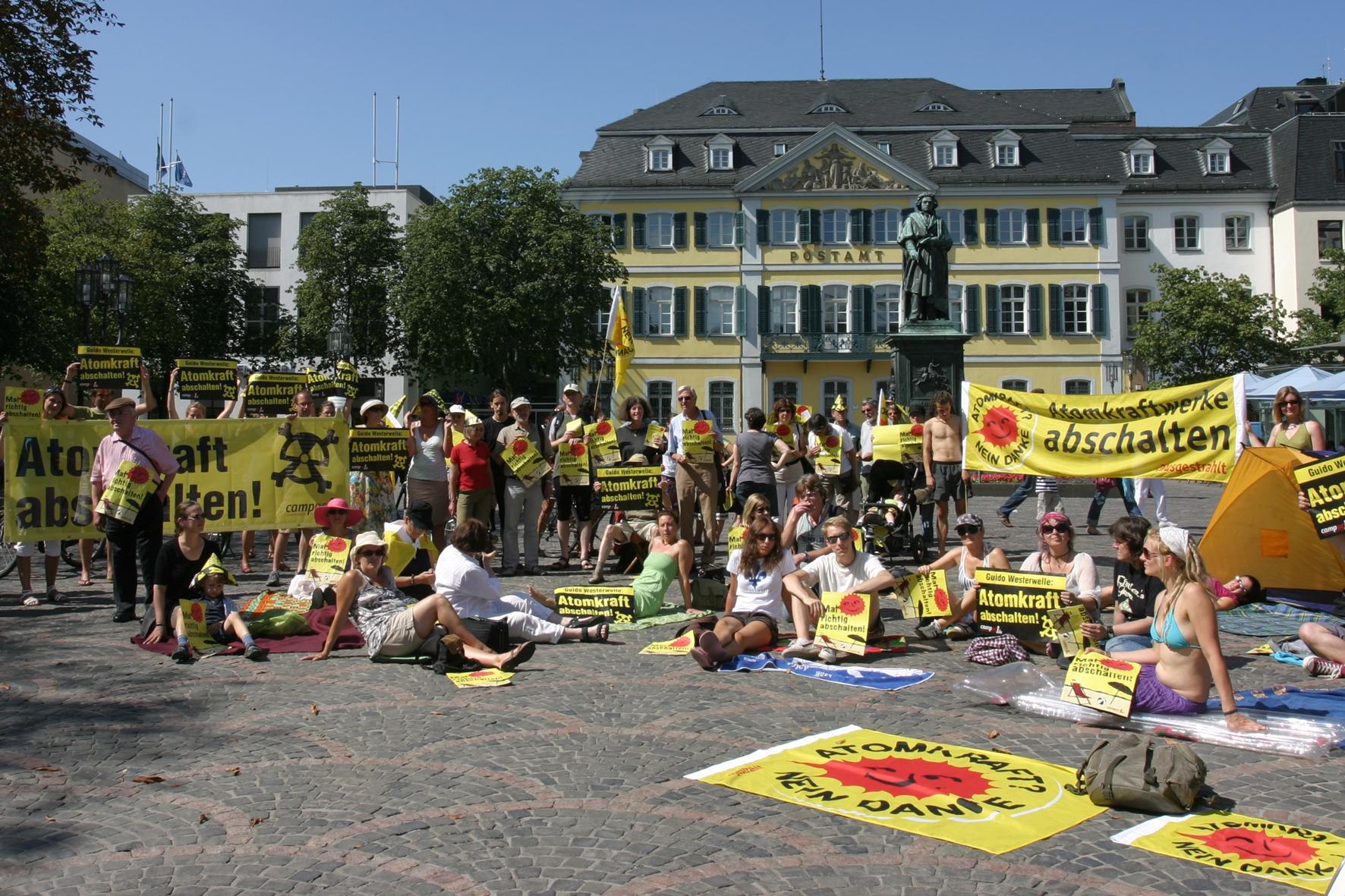 """Anti-Atom-Aktion in Bonn: Außenminister Westerwelle soll """"mal richtig abschalten"""""""
