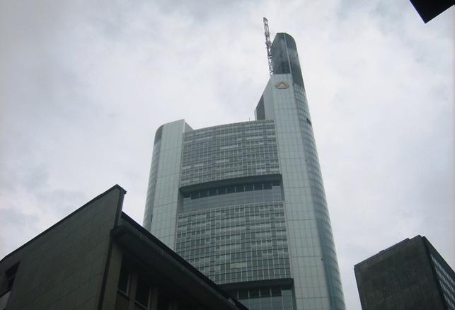 Fünf Euro mehr für Hartz IV-Bezieher – 500.000 Euro mehr für 200 Banker aus staatlich geretteten Kreditinstituten