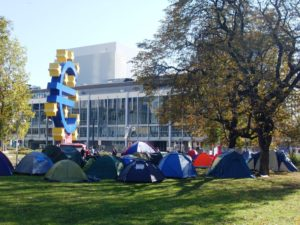 Quelle: http://upload.wikimedia.org/wikipedia/commons/d/d6/OccupyFrankfurt_October2011_tents.JPG